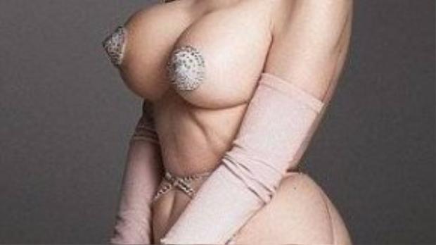 Amanda Lepore, người mẫu nội y chuyển giới tạo dáng trong bộ ảnh nhằm khuyến khích phụ nữ yêu thương hình dáng tự nhiên của mình.
