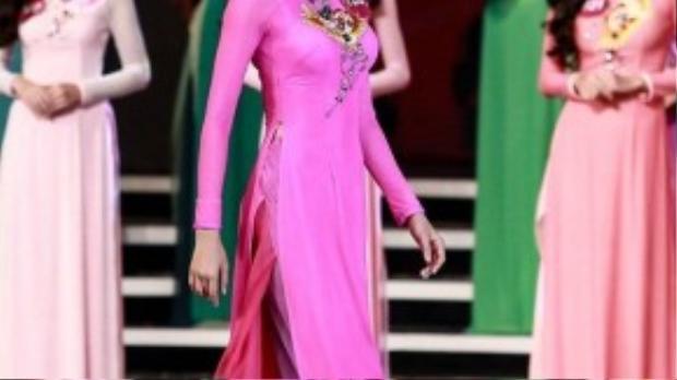 Luôn nở nụ cười trên môi, Phạm Hương tự tin khi trình diễn áo dài của nhà thiết kế Thuận Việt. Trên sân khấu cách điệu với hai cánh hồng hạc vươn dài ra, Phạm Hương và các người đẹp bước ra từ hậu trường, kiêu hãnh tỏa sắc và trình diễn các phần thi của mình.