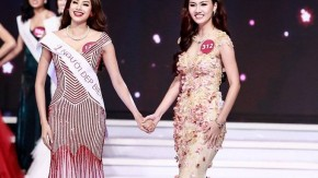 Cả hai nắm tay chờ đợi. Trong khi Trà My hồi hộp thì Phạm Hương vẫn luôn nở nụ cười.