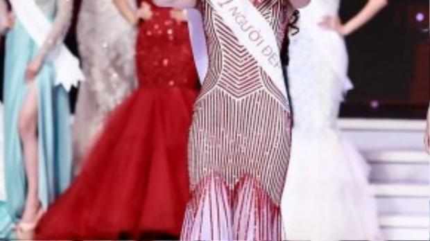 Cô vỡ òa hạnh phúc khi được xướng tên Hoa hậu Hoàn vũ Việt Nam 2015.