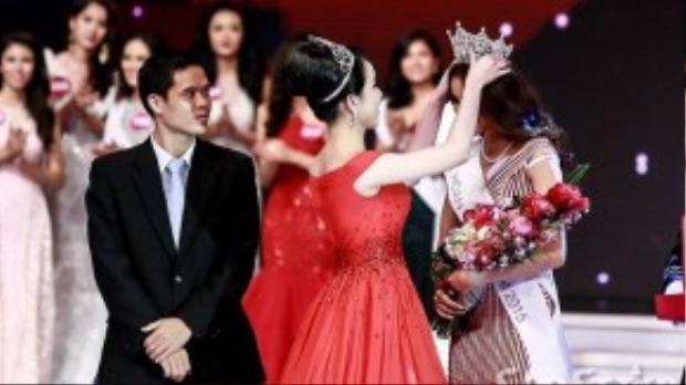 Hoa hậu Thùy Lâm trao vương miện cho tân Hoa hậu.