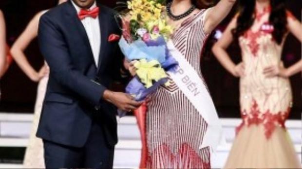 Phạm Hương bất ngờ được xướng tên khi nhận giải phụ Người đẹp biển.