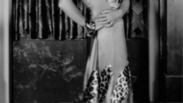 Nữ diễn viên điện ảnh người Mỹ Joan Crawford duyên dáng trong chiếc đầm hai dây pha họa tiết da báo.