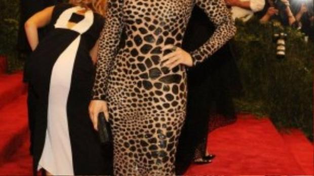 Ngôi sao thế giới Jennifer Lopez đẳng cấp với đầm in da báo của thương hiệu Michael Kors tại Mnet Gala 2013.