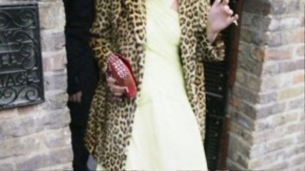 Siêu mẫu Kate Moss tổ chức sinh nhật lần thứ 30 của mình năm 2004 trong chiếc áo khoác in da báo đơn giản.