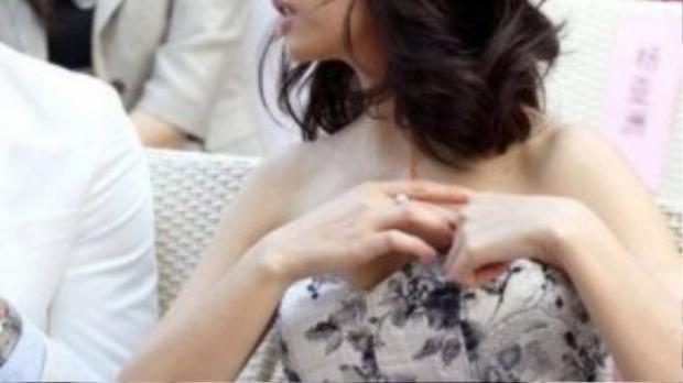 Lâm Tâm Như khi đang mải mê trò chuyện với đồng nghiệp nam đã phát hiện ra tình huống dở khóc dở cười của mình. Váy cô bị tuột và nội y hớ hênh trước ống kính.
