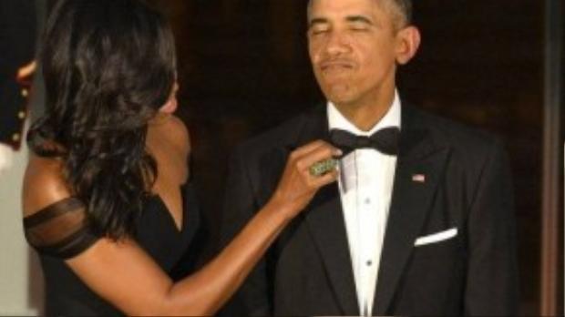 Phu nhân Obama luôn chăm sóc chồng kỹ lưỡng, trong ảnh là khoảnh khắc bà chỉnh lại nơ cài cổ cho chồng trước buổi gặp mặt Chủ tịch Trung Quốc Tập Cận Đào gần đây.