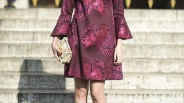 Hoặc bạn cũng có thể diện nguyên cây burgundy với những họa tiết tinh tế, nổi bật.
