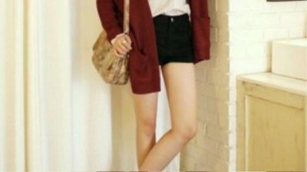 Áo khoác burgundy không chỉ giúp giữ ấm, che giấu vòng bụng mà còn tạo nên vẻ tươi trẻ cho phái nữ.