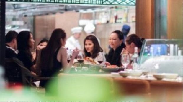 Trong buổi ăn tối, Hà Hồ tranh thủ trò chuyện cùng bác sĩ Eri. Tháng 9 vừa qua, giọng ca Tìm lại giấc mơ cũng có cơ hội gặp gỡ và làm việc với bà khi dẫn đoàn nghệ sĩ Việt gồm Chipu, Gil Lê, Lý Quí Khánh, Quang Vinh sang đất nước mặt trời mọc.