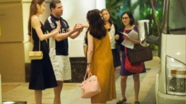 Trong lúc chia tay, cựu HLV Giọng hát Việt mùa 1 cũng nhờ bác sĩ Eri chuyển lời chào đến Hoa hậu Hoàn vũ thế giới năm 2007 - Riyo Mori. Cô hy vọng sẽ sớm được gặp lại Riyo nhân dịp đối tác này trở lại Việt Nam vào cuối năm.