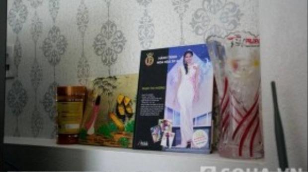 Trong nhà, đồ trang trí không nhiều, chỉ là những bức tranh sơn thủy nhỏ với gam màu lạnh. Nổi bật nhất là những tấm bằng khen và vài bức ảnh của Phạm Hương.