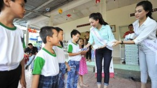 Bên cạnh việc đến thăm hỏi, top 3 Hoa hậu Hoàn vũ Việt Nam gửi tặng sữa như một món quà nhỏ chăm lo cho cuộc sống các bé được đầy đủ hơn.