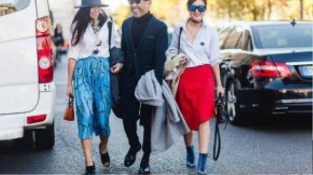 Stylist Thuận Nguyễn rạng rỡ sánh bước bên các fashionista trên đường phố Paris. Là người đàn ông duy nhất trong bức hình, Thuận Nguyễn bảnh hơn với phong cách của quý ông bụi bặm.