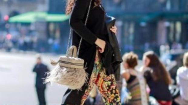Nhà thiết kế Thủy Nguyễn với phong cách đường phố ấn tượng tại Paris. Cô sử dụng họa tiết gấm cho chiếc quần ống bó và được tô điểm bởi chiếc túi hình khối với các chi tiết tua rua đang là trào lưu năm nay.