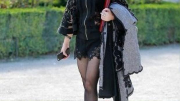 Diễn viên Thủy Tiên - Mẹ chồng Tăng Thanh Hà diện cả một cây đen có chút rườm rà và không tạo được điểm nhấn cho trang phục.