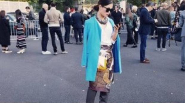 Trần Hà Mi - một tín đồ thời trang quen thuộc của giới Sài thành nổi bật cùng trang phục của nhà thiết kế Võ Công Khanh.