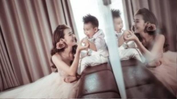 Nói về bộ ảnh khá thú vị vừa thực hiện cùng con trai, người đẹp 9X chia sẻ mình thực hiện bộ ảnh này để giữ lại những khoảnh khắc hạnh phúc nhất của hai mẹ con.