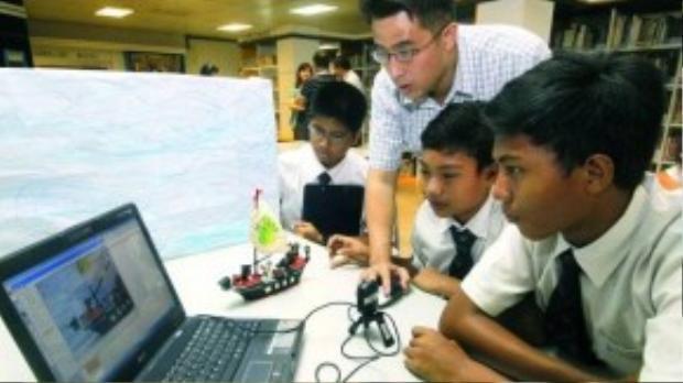 Singapore luôn tự hào về chất lượng đội ngũ giáo viên của mình - những cử nhân xuất sắc nhất được giữ lại trường để truyền thụ kiến thức và cảm hứng cho học sinh.
