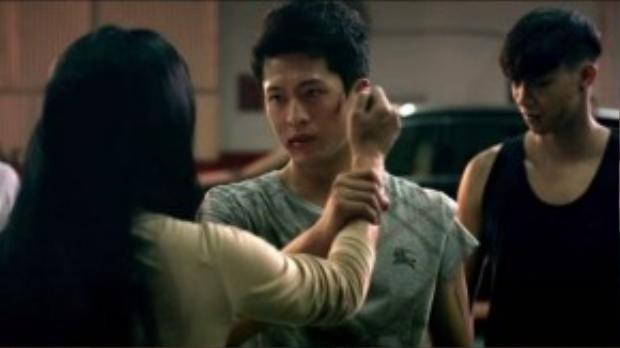 Ánh mắt kiên định, những vết bầm tím không thể khiến Harry Lu trông dữ tợn hơn.