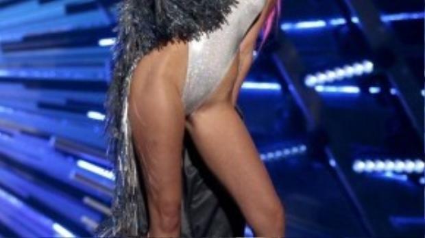 Chiếc áo khoác lông tua rua giúp Miley che đi một phần da thịt.