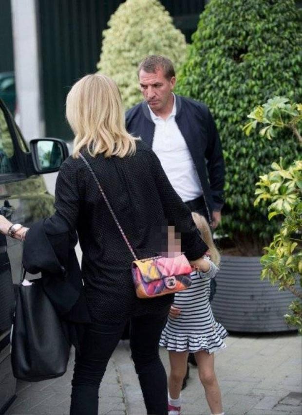 Bị sa thải, HLV Liverpool đi nghỉ dưỡng cùng bạn gái
