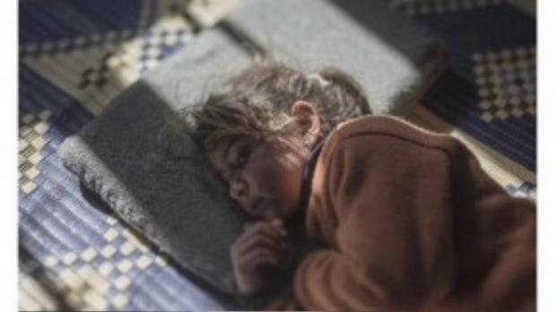 Tamam, 5 tuổi, bị chứng sợ gối. Em từng nằm ngủ trong tiếng bom rơi hàng đêm khi còn ở Homs, Syria. Đến giờ dù không còn ở nhà cũ đã được 2 năm, em vẫn khóc hàng đêm và chưa hiểu được rằng cái gối em đang nằm không phải là nguyên nhân của nỗi sợ hãi.