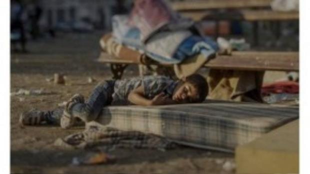 Abdullah, 5 tuổi, nằm vạ vật ở nhà ga trung tâm Belgrade. Em bị bệnh về đường máu từ nhỏ, nhưng mẹ không có tiền mua thuốc. Chứng kiến chị gái bị giết chết khi còn ở quê nhà, cậu bé bị ám ảnh và gặp ác mộng hàng đêm.