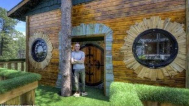 Gorden Mack nảy ý tưởng về ngôi nhà hobbit sau một lần đến thăm anh rể và nhìn thấy ngôi nhà trên cây dành cho các con.