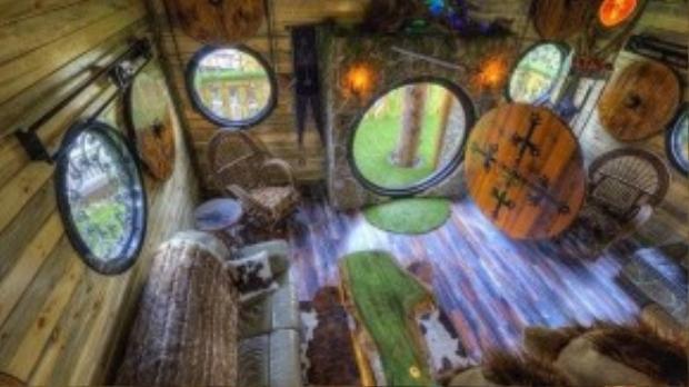 Nội thất hoàn toàn mô phỏng với những ngôi nhà của người Hobbit trong truyện. Du khách còn được mang những đôi giày lông hobbit để có cảm giác như thật.