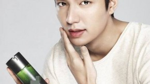 Lee Min Ho trong một quảng cáo cho thương hiệu mỹ phẩm.