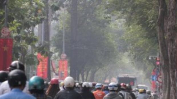 Dòng xe di chuyển trong làn khói bụi lơ lửng. Tầm nhìn lưu thông tại nhiều nơi bị hạn chế vì mù khô. Ảnh: Tuổi Trẻ