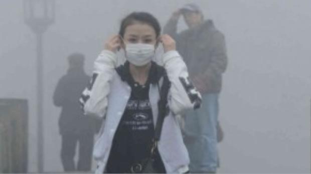 Trước thực trạng ô nhiễm không khí như hiện nay, người dân cần tự trang bị cho mình những loại khẩu trang chất lượng khi ra đường và chú ý vấn đề vệ sinh cá nhân khi về đến nhà. Ảnh: Daily Mail Online.