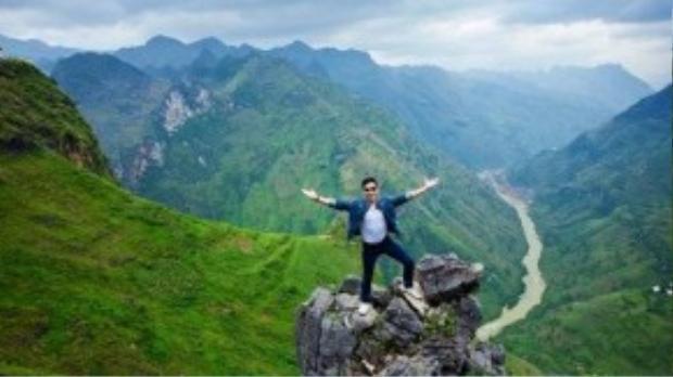 Chàng MC của The Remix cũng lưu lại những khoảnh khắc ấn tượng tại đỉnh Mã Pí Lèng có dòng sông Nho Quế.