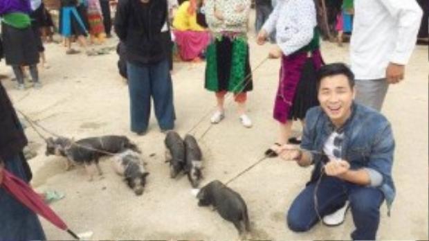 Anh cũng dành thời gian trải nghiệm chợ phiên cuối tuần của người dân vùng cao. Họ không chỉ buôn bán trao đổi hàng hóa mà còn gặp gỡ trò chuyện với nhau. Trong ảnh là cảnh lợn cắp nách được bán ở chợ phiên.
