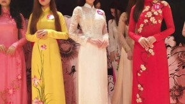 Từng bị ấn định với những hình tượng gợi cảm, Ngọc Trinh trong phim lại nhẹ nhàng, duyên dáng cùng tà áo dài truyền thống.