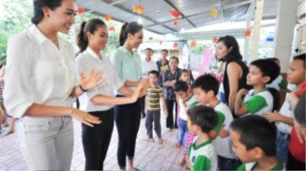Ba người đẹp có chuyến đi từ thiện tại Nha Trang. Cùng mang giày đế thấp nhưng Phạm Hương có chiều cao không nổi trội hơn các người đẹp khác.