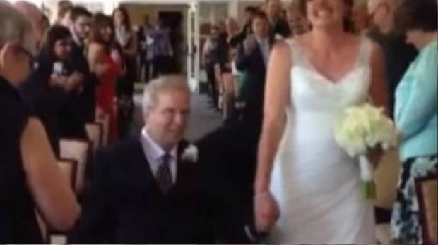 Paul trên chiếc xe lăn và con gái Brittany trong đám cưới được mong đợi bấy lâu.