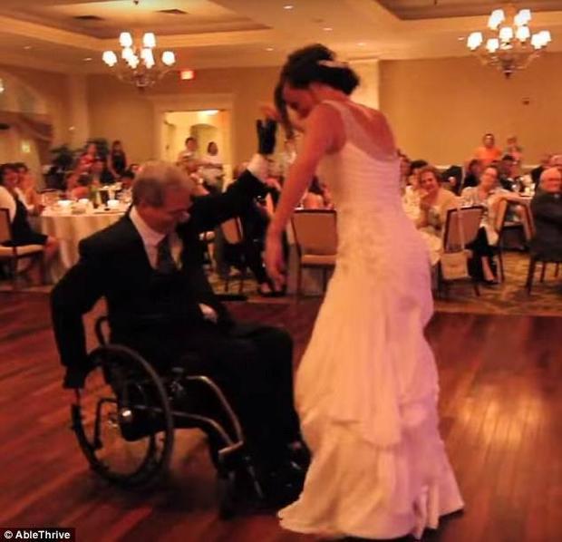 Cảm động người cha tật nguyền nhảy trên xe lăn trong đám cưới con gái