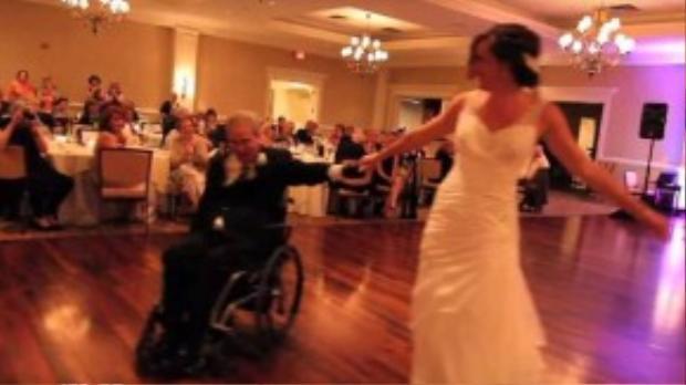 Hai cha con đã rất vui vẻ thực hiện các động tác nhảy như xoay vòng trong tiếng vỗ tay tán thưởng của khách dự tiệc. Paul dẫn dắt các bước chuyển của con gái vô cùng khéo léo trên chiếc xe lăn.