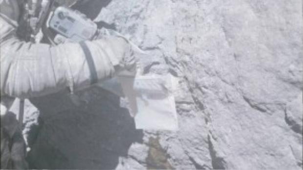 Mọi người hay nghĩ bề mặt Mặt Trăng thoai thoải và gồm những mẩu đá nhỏ. Trên thực tế lại không phải như vậy. Trong ảnh là phi hành gia cua tàu Apollo 16 đang thu thập một mẫu vật từ một tảng đá khổng lồ.