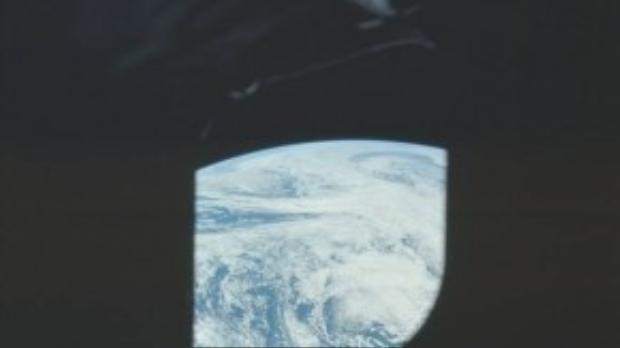 Hình ảnh các đám mây vờn trên bề mặt Trái đất nhìn từ cửa sổ tàu Apollo 16.
