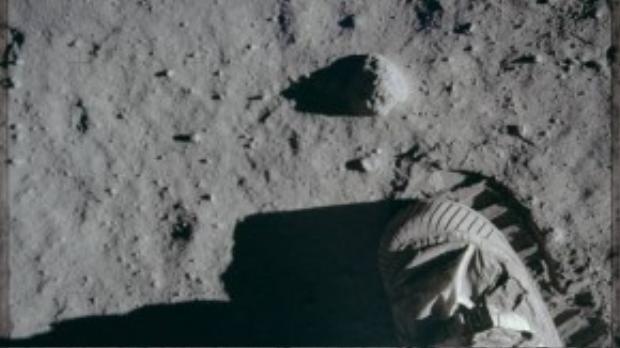 Trong suốt hành trình của các nhiệm vụ Apollo, có 12 phi hành gia đã đặt chân lên Mặt Trăng. Trong ảnh là đôi giày của một nhà du hành thuộc tàu Apollo 11 in dấu trên bề mặt hành tinh trắng.