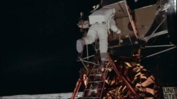 Buzz Aldrin là người thứ hai sau Neil Amstrong đặt chân xuống Mặt Trăng. Anh di chuyển khá khó khăn vì chưa quen với điều kiện tại đây.