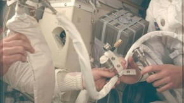Các phi hành gia phải đẩy khí CO2 ra khỏi tàu để lọc không khí trong khoang tàu vũ trụ, đảm bảo môi trường hô hấp cho toàn phi hành đoàn. Đây là một nhiệm vụ khá nguy hiểm và hết sức quan trọng.