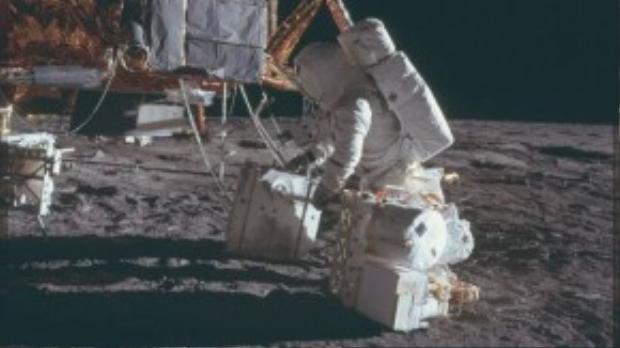 Các bức ảnh gốc được bảo đảm ở độ phân giải tối ưu và rõ nét, cho phép người xem quan sát đầy đủ mọi thứ trên Mặt Trăng. Bức ảnh chụp một phi hành gia của tàu Apollo 15 đang vận chuyển thiết bị về gần lều dựng trên bề mặt Mặt Trăng.