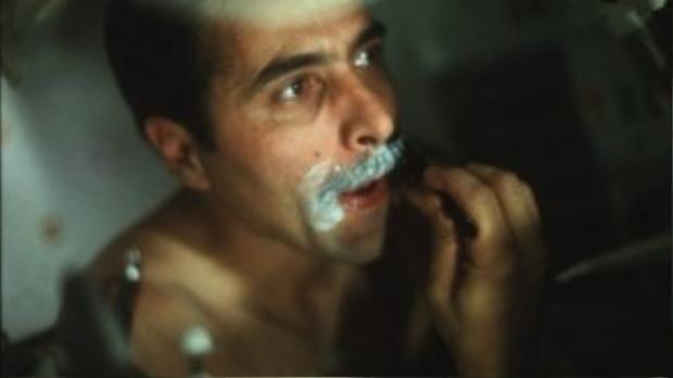 Cuộc sống hàng ngày của những phi hành gia dũng cảm vẫn diễn ra như bao người trên Trái đất, dù họ đang làm nhiệm vụ cách xa hàng vạn dặm. Trong ảnh là một phi hành gia thuộc chuyến tàu cuối cùng Apollo 17, anh đang cạo râu.