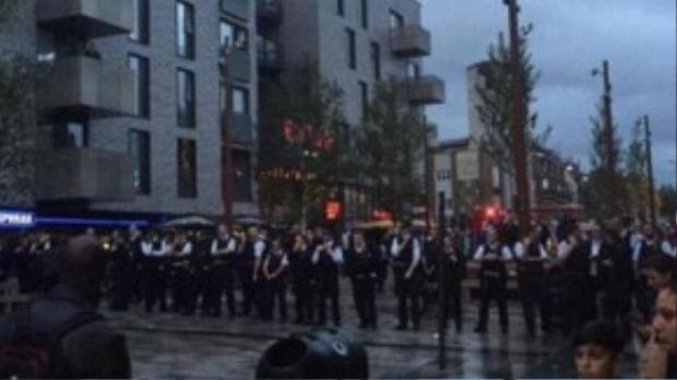 100 cảnh sát được điều động đến nơi xảy ra vụ việc để giải tỏa đám đông đang cao trào phẫn uất.
