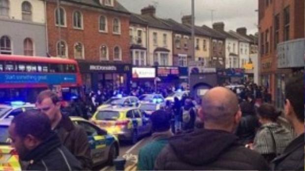 Hàng chục xe cảnh sát có mặt tại hiện trường.