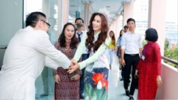 Tập thể ban lãnh đạo, giảng viên, cán bộ của trường cũng có mặt để chào đón đồng nghiệp trở về trường. Phạm Hương đăng quang hoa hậu là niềm hãnh diện của tập thể trường Cao đẳng Văn hóa Nghệ thuật và Du lịch Sài Gòn.